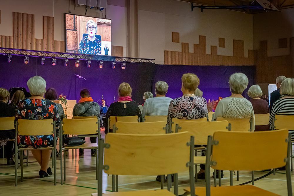 Juhlaväki kuuntelee eduskunnan puhemiehen Anu Vehviläisen juhlapuhetta.