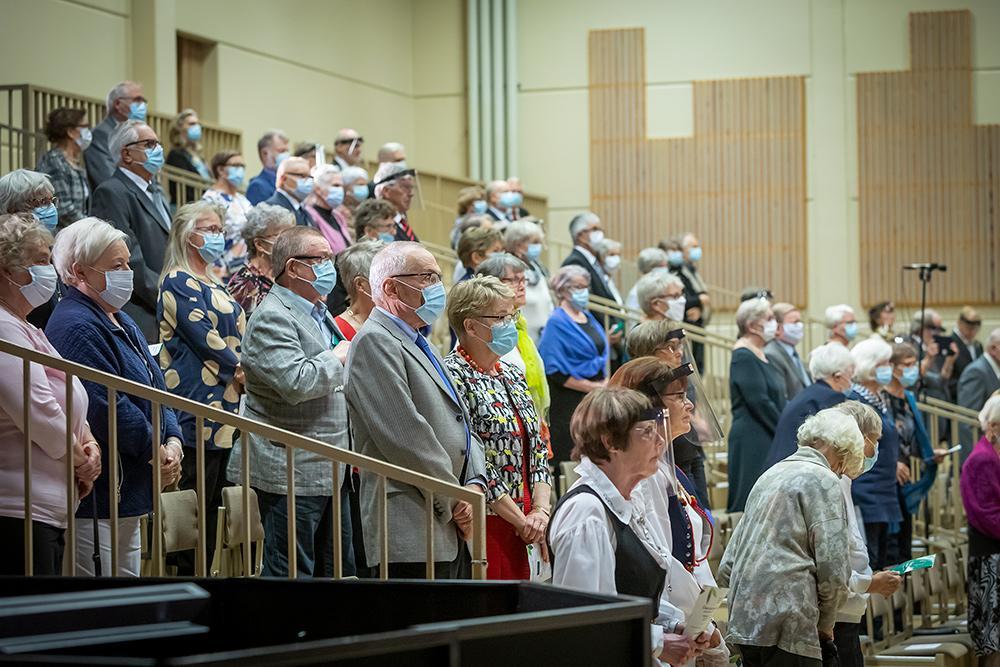 Yleisö nousi kunnioittamaan Maamme-laulua.