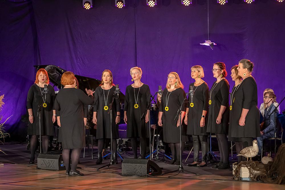 Helianthus-kuoro esitti laulut Marjankukka ja Kulta