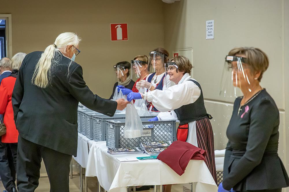 Lähtiessä juhlavieraat saivat mukaansa leivospussit.