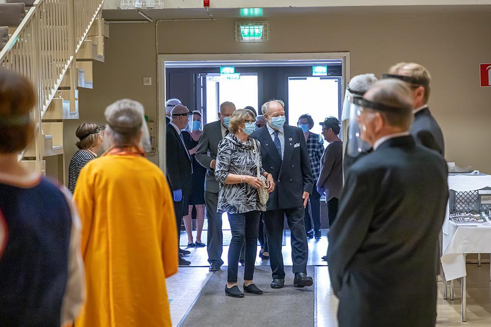 Vieraat tulevat sisään Vanhustenpäivän juhlasaliin