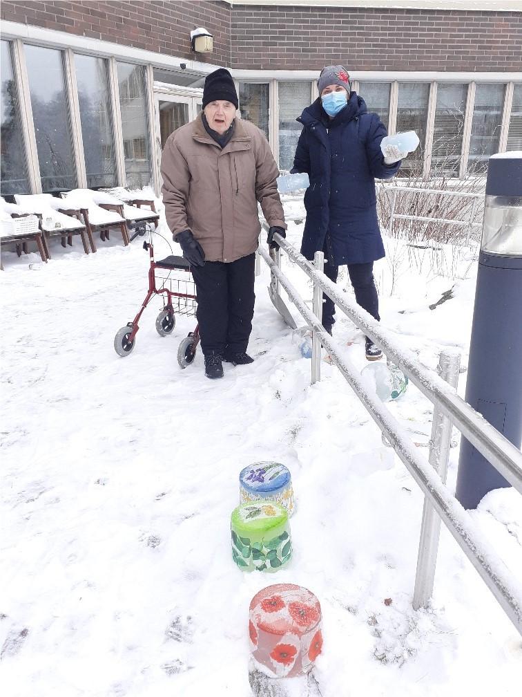 Talvella laitettiin jäälyhtyjä pihalle.