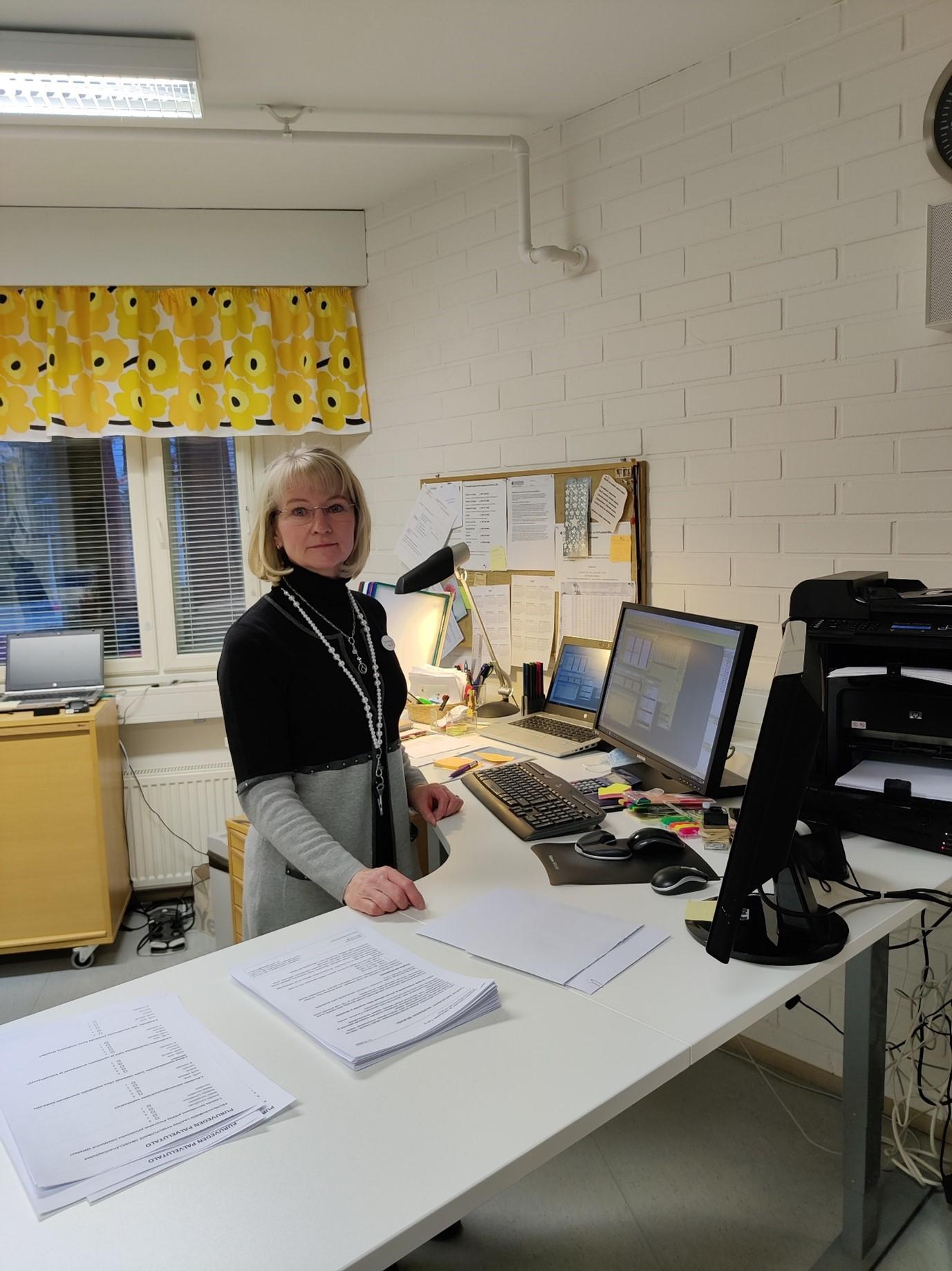 Kerimäen Vanhusten ja Vammaisten Tuki ry:n toiminnanjohtaja ja palvelutalon johtaja Tiina Marjava työnsä äärellä.