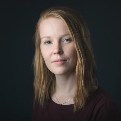 Laura Syrenin omakuva, vaaleatukkainen nuori nainen