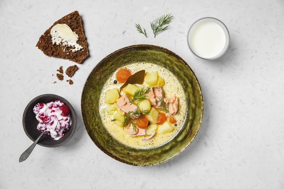 Lautasmalli: lohikeitto, ruisleipä, maito ja marjarahka