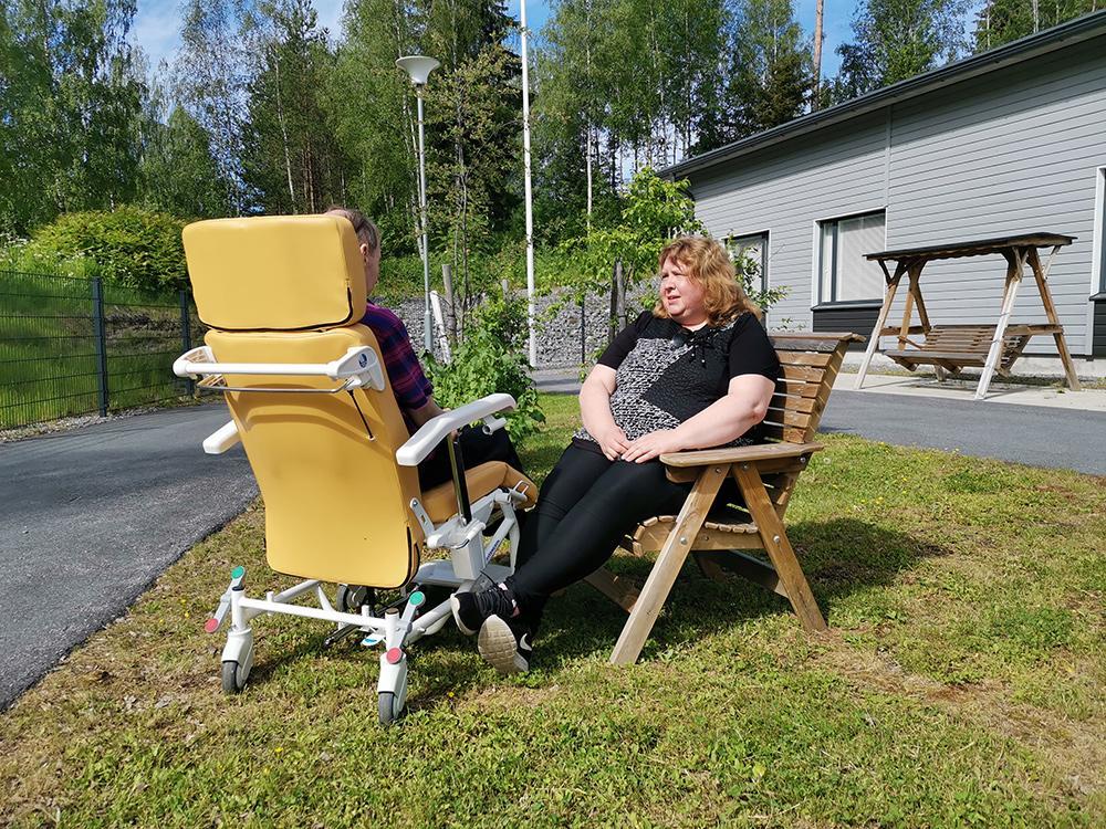 Kotikylä on Mikkelin Tupalassa luonnon läheisyydessä sijaitseva esteetön palvelutalo. Pekalle iloa kesäpäivään tuo ulkoilu palvelutalon pihassa sekä rupatteluhetki Sadun kanssa.